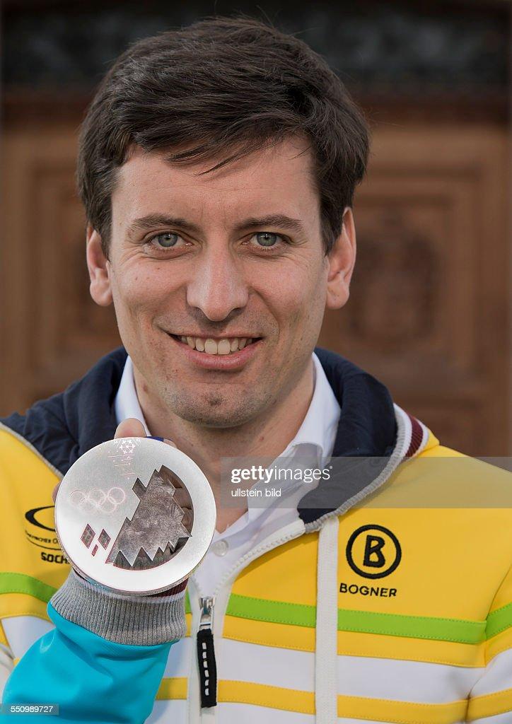 Nordisch Kombinirer Bjoern Kircheisen praesentiert seine Silbermedaille waehrend der Saisonabschlussfeier mit den Medaillengewinner der Olympischen Winterspiele, Sotschi 2014, der Bundespolizeischule in Bad Endorf am 27. Maerz 2014.