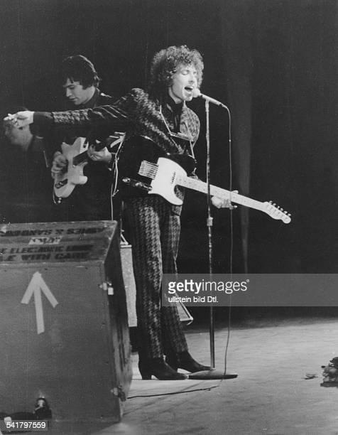 BOB DYLAN /nOriginal name Robert Zimmerman American musician Dylan in concert 15 June 1965