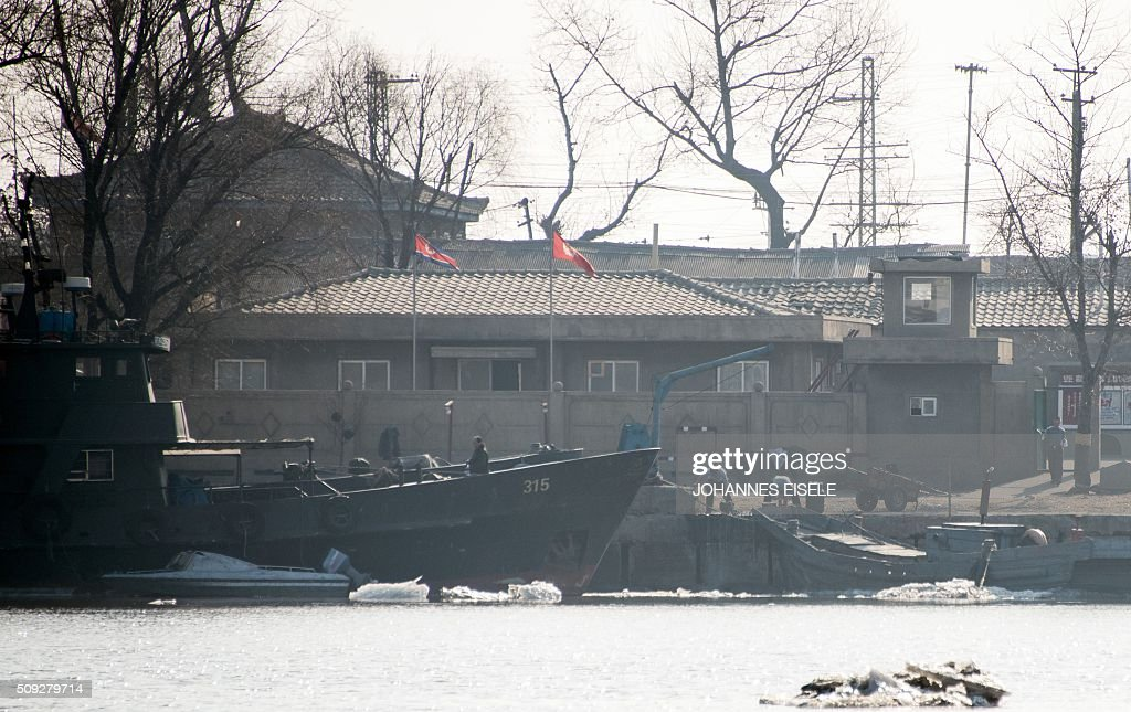 North Korean and men work on the banks of the Yalu River at the town of Sinuiju across from the Chinese border town of Dandong on February 10, 2016. North Korea has restarted a plutonium reactor that could fuel a nuclear bomb and is seeking missile technology that could threaten the United States, Washington's top spy said. AFP PHOTO / JOHANNES EISELE / AFP / JOHANNES EISELE