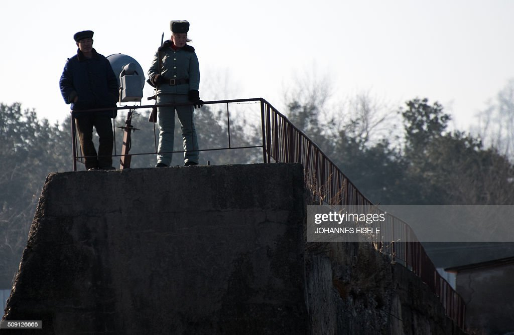 A North Korean soldier (R) stands on the wall on banks of the Yalu River at the town of Sinuiju across from the Chinese border town of Dandong on February 9, 2016. A raft of UN sanctions imposed on North Korea over the past decade has failed to prevent Pyongyang from scaling up its nuclear and ballistic missile programs, a UN panel of experts has concluded. AFP PHOTO / JOHANNES EISELE / AFP / JOHANNES EISELE