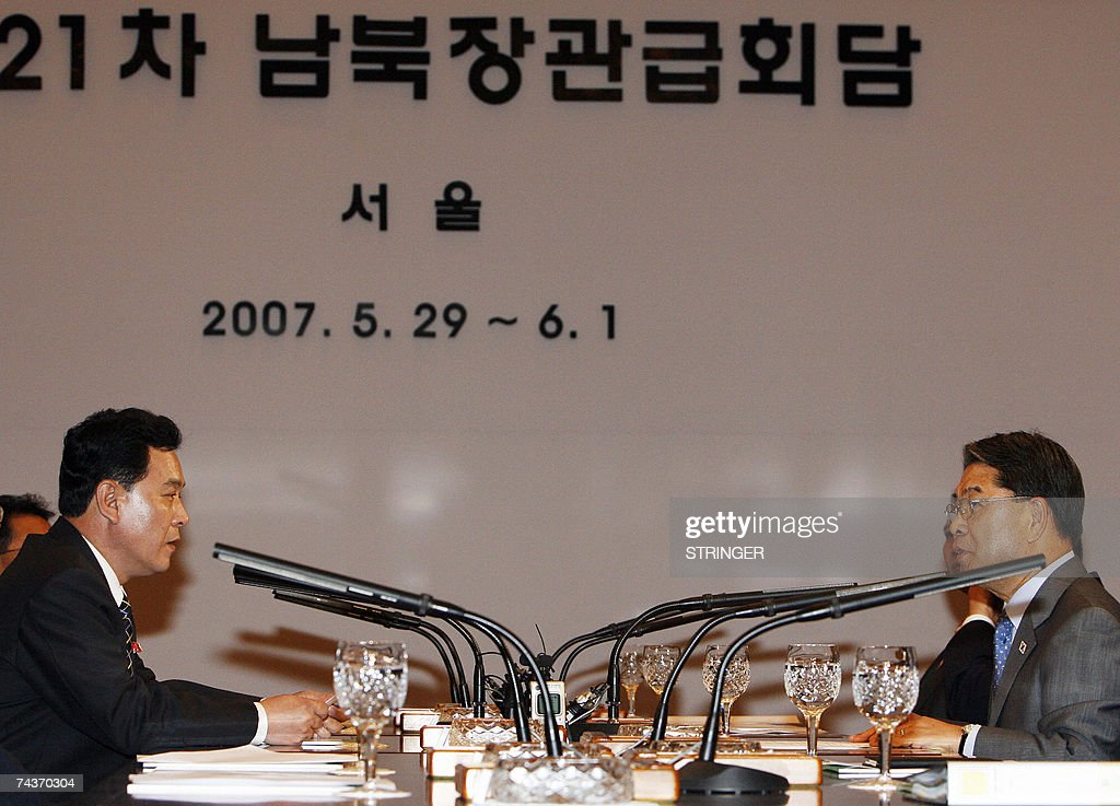 North Korea's Senior Cabinet Councillor Kwon Ho-ung (R) and South Korea's Unification Minister Lee Jae-joung talk during their meeting of the inter-Korean ministers' talks in Seoul, 01 June 2007. North and South Korea issued a brief statement after four days of high-level talks ended without any agreement. The South's Unification Ministry had said earlier in the day that no joint statement would be issued amid disagreements over delays in rice aid. AFP PHOTO / POOL