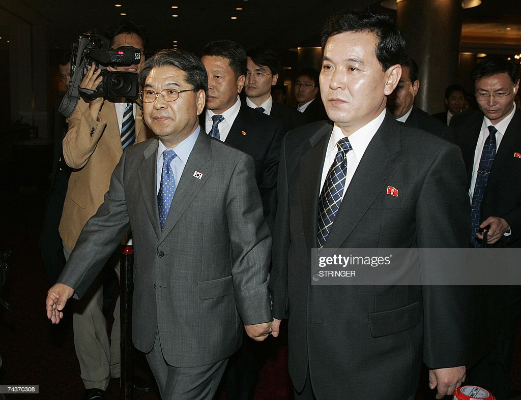 North Korea's Senior Cabinet Councillor Kwon Ho-ung (R) and South Korea's Unification Minister Lee Jae-joung leave after their final meeting of the inter-Korean ministers' talks in Seoul, 01 June 2007. North and South Korea issued a brief statement after four days of high-level talks ended without any agreement. The South's Unification Ministry had said earlier in the day that no joint statement would be issued amid disagreements over delays in rice aid. AFP PHOTO / POOL