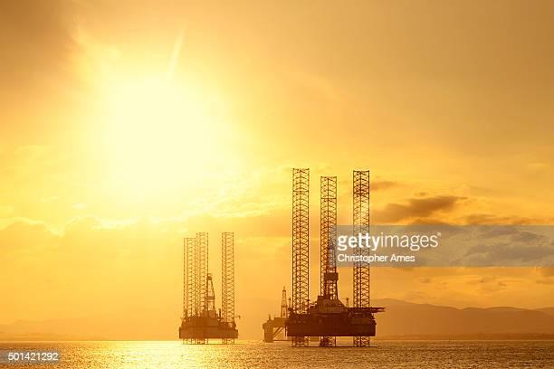 Mar del norte de las plataformas de petróleo en el crepúsculo, Cromarty Firth, Escocia