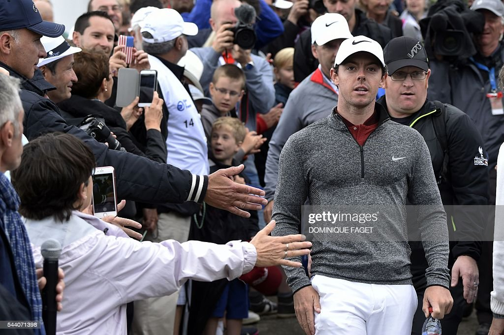 Northern Irish Rory McIlroy arrives at the 1st tee during the second round of the 100th French Golf Open on July 1, 2016 at Le Golf National in Guyancourt, near Paris. / AFP / DOMINIQUE