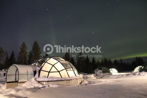Northern Lights over Glass Igloos en Finlandia : Foto de stock