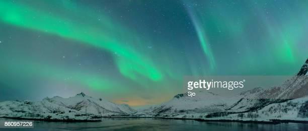Noorderlicht over de eilanden van de Lofoten in Noorwegen
