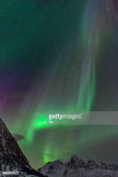 Noorderlicht over de bergen op de eilanden van de Lofoten in Noorwegen