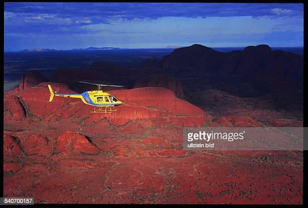 Northern TerritoryNorthern Territories Australien Ein Jet Ranger Hubschrauber überfliegt die Felsformation der Olgas Aufnahmedatum2000