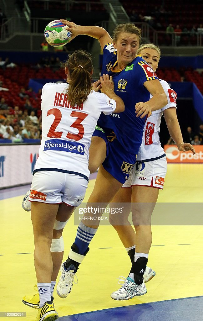 Norway's Camilla Herrem and Stine Bredal Oftedal fights for the ball with Sweeden's Isabelle Gulldén in 'Papp Laszlo' hall of Budapest on December 19, 2014 during the semifinal of Women's European Championships. ISZA
