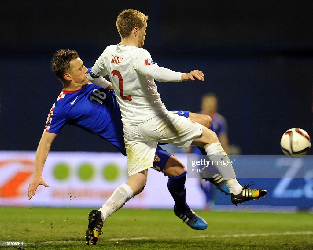 Norway's defender Tom Hogli (R) vies with Croatia's forward Ivica Olic during the Euro 2016 qualifying football match between Croatia and Norway on March 28, 2015 at the Maksimir stadium in Zagreb.