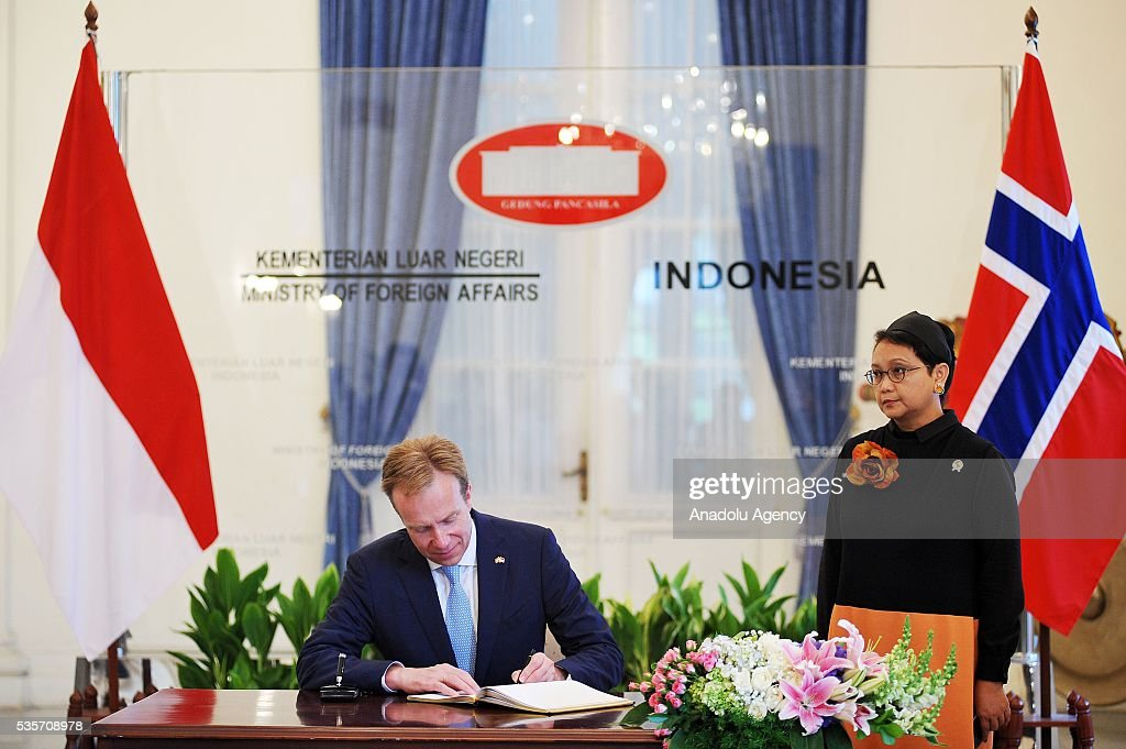 Norway's Foreign Minister Borge Brende (L) and Indonesian Foreign Minister Retno Marsudi (R) are seen during the IndonesiaNorway Human Rights Dialogue in Jakarta, Indonesia on May 30, 2016. Brende is on a two-day visit to Indonesia to formally attend the dialogue and discuss bilateral ties between Norway and Indonesia.