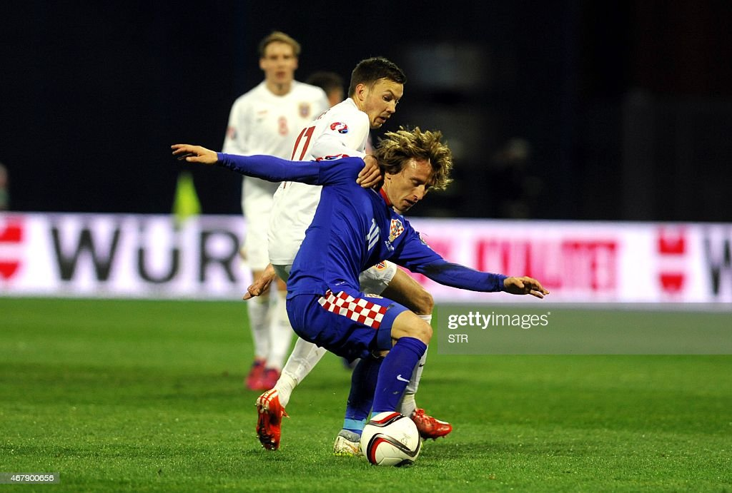 Norway's forward Martin Linnes(L) vies with Croatia's midfielder Luka Modric during the Euro 2016 qualifying football match between Croatia and Norway on March 28, 2015 at the Maksimir stadium in Zagreb.
