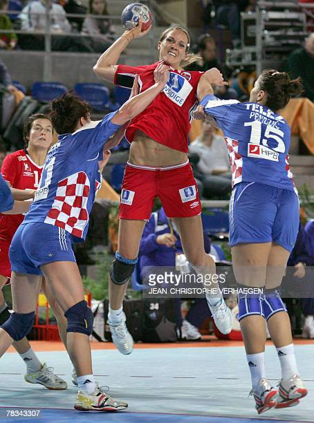 Norway's Gro Hammersen vies with Croatia's Andrea Penezic and Bozica Palcic during the Women's handball world Championships match Norway vs Croatia...