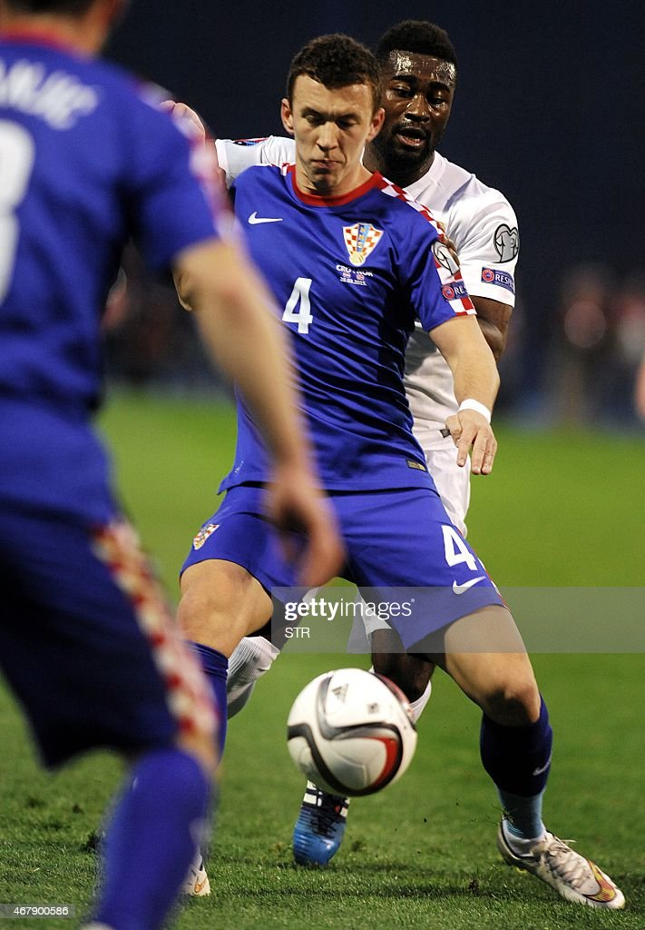Norway's midfielder Alexander Tettey (R) vies with Croatia's defender Danijel Pranjic during the Euro 2016 qualifying football match between Croatia and Norway on March 28, 2015 at the Maksimir stadium in Zagreb.