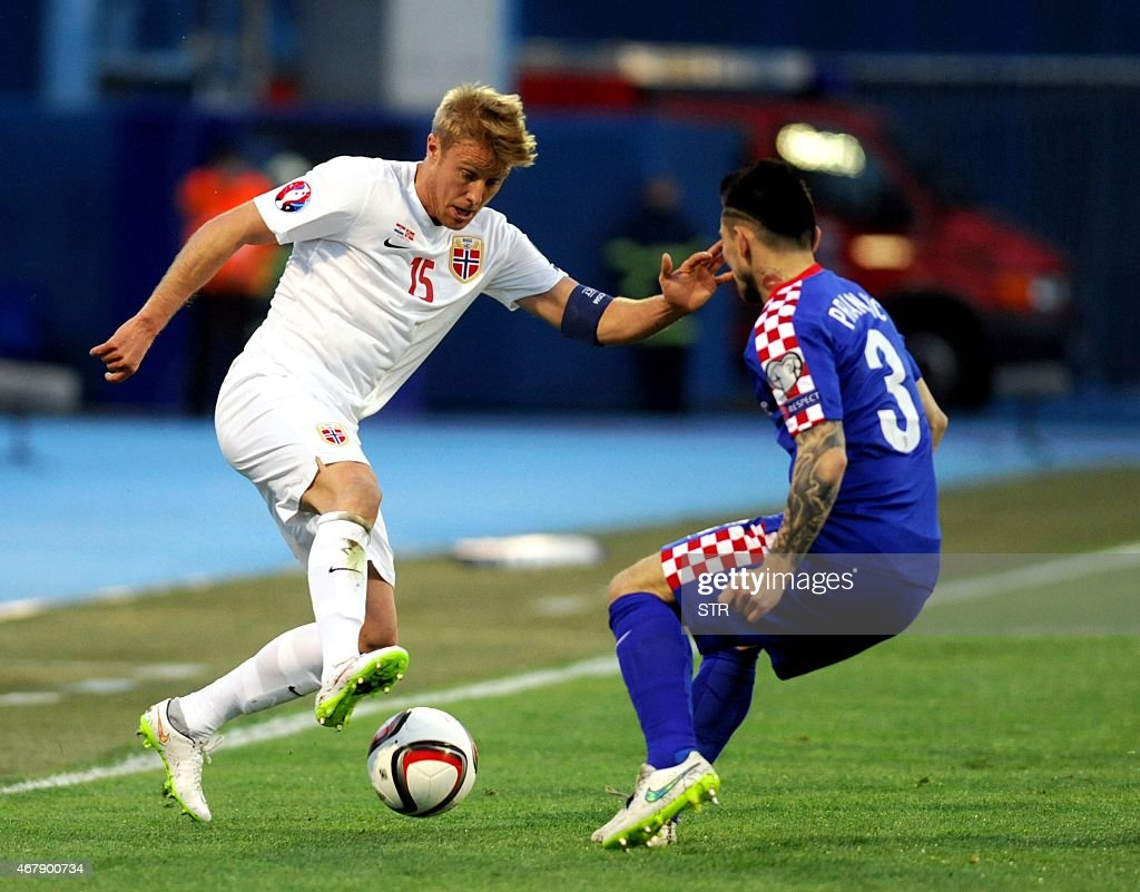Norway's midfielder Ciljan Skjelbred (L) vies with Croatia's defender Danijel Pranjic during the Euro 2016 qualifying football match between Croatia and Norway on March 28, 2015 at the Maksimir stadium in Zagreb.