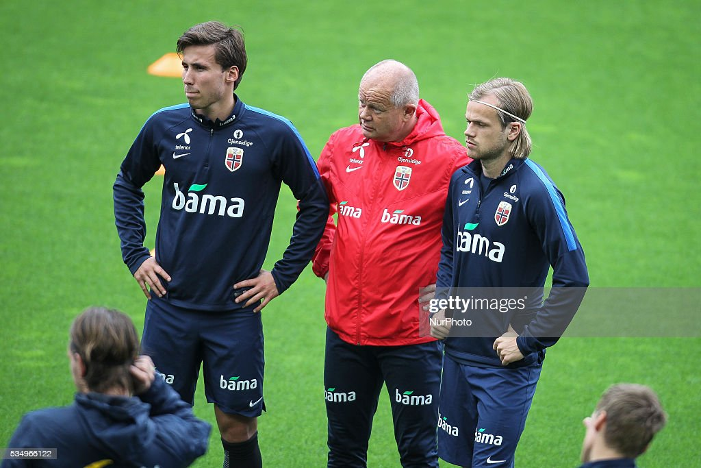 Norway`s player <a gi-track='captionPersonalityLinkClicked' href=/galleries/search?phrase=H%C3%A5vard+Nordtveit&family=editorial&specificpeople=9984667 ng-click='$event.stopPropagation()'>Håvard Nordtveit</a> (L) and coach <a gi-track='captionPersonalityLinkClicked' href=/galleries/search?phrase=Per-Mathias+H%C3%B8gmo&family=editorial&specificpeople=13444800 ng-click='$event.stopPropagation()'>Per-Mathias Høgmo</a> (C) during a training session in Estádio do Dragão, Porto, Portugal, on May 28, 2016 preparing for the upcoming Euro 2016 European football championships.