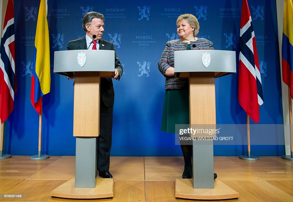 Norway's Prime Ministers Erna Solberg and this year's Nobel Peace Prize laureate Colombian President Juan Manuel Santos address a news conference following talks at the government's guest house in Oslo on December 11, 2016. President Juan Manuel Santos were awarded this year's Nobel Peace Prize for his efforts to bring Colombias more than 50-year-long civil war to an end. / AFP / NTB SCANPIX / Vegard Wivestad GROTT / Norway OUT