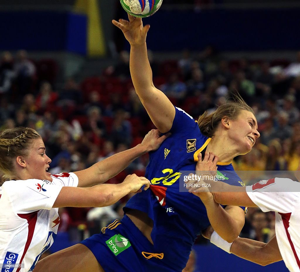 Norway's Veronica Kristiansen (R) fights for the ball with Sweeden's Isabelle Gullden in 'Papp Laszlo' hall of Budapest on December 19, 2014 during the semifinal of Women's European Championships. AFP PHOTO / FERENC ISZA