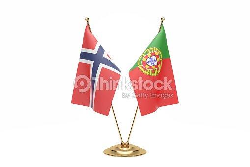 Drapeau de bureau norvégien et au portugal photo thinkstock