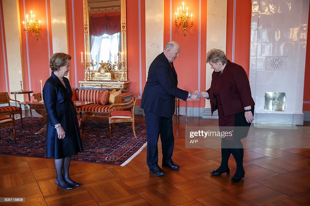 Norwegian King Harald and Queen Sonja receive prime minister Erna Solberg at The Royal Castle on January 15, 2016 in Oslo. / AFP / NTB SCANPIX / Poppe, Cornelius / Norway OUT