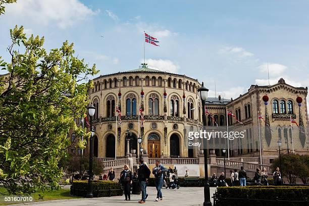 ノルウェー議会 本省 屋根付きの旗が 5 月初旬にします。