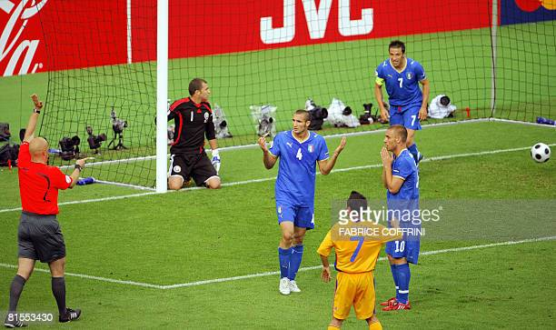 Norwegian referee Tom Henning denies the goal scored by Italian forward Luca Toni in front of Romanian goalkeeper Bogdan Lobont Romanian mildfielder...