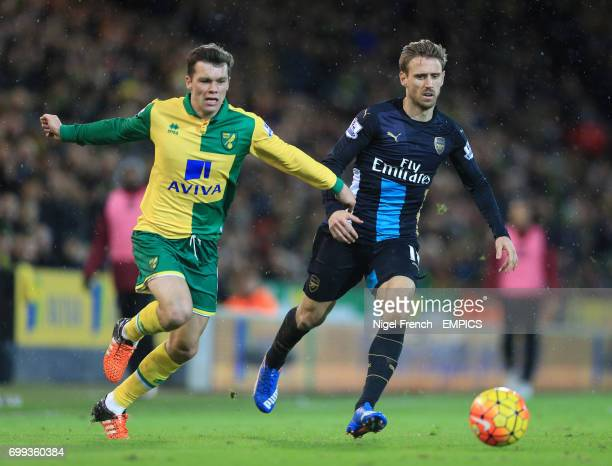 Norwich City's Jonny Howson and Arsenal's Nacho Monreal battle for the ball