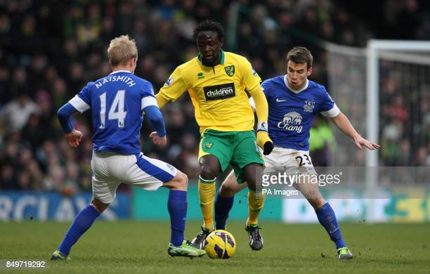 Norwich City's Kei Kamara and Everton's Steven Naismith battle for the ball during the Barclays Premier League match at Carrow Road Norwich