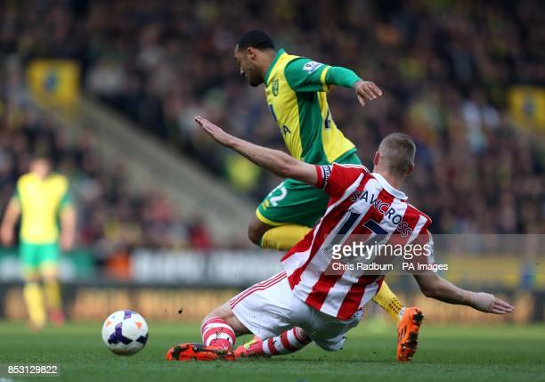 Norwich City's Nathan Redmond and Stoke City's Ryan Shawcross battle for the ball