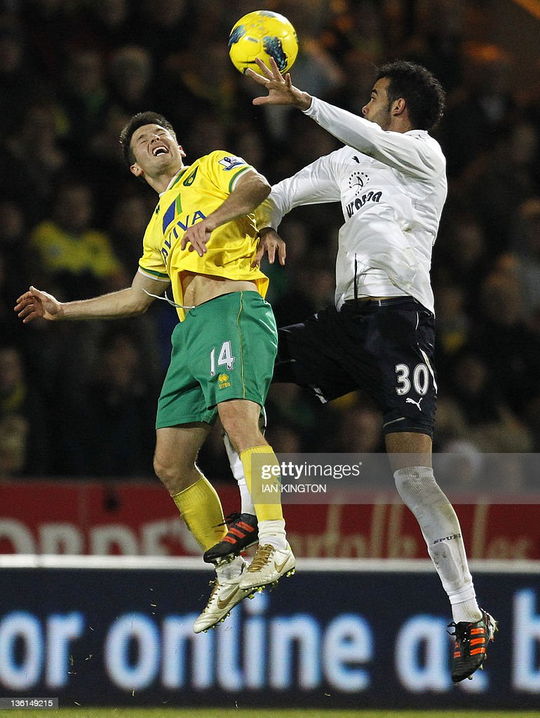 Norwich City's Wes Hoolahan (L) vies with Tottenham Hotspur's Brazilian player Sandro Ranieri during an English Premier League football match between Norwich City and Tottenham Hotspur at Carrow Road in Norwich, east England, on December 27, 2011. USE. No use with unauthorised audio, video, data, fixture lists, club/league logos or 'live' services. Online in-match use limited to 45 images, no video emulation. No use in betting, games or single club/league/player publications.