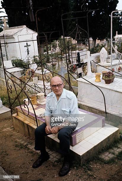Nostalgia Of Algeria Alger juillet 1972 Dans le cimetière SAINTEUGENE un homme de 71 ans né à Alger agent immobilier assis sur la tombe de son fils
