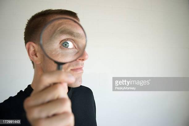 Neugierig Mann mit Lupe einfallenden Privatsphäre