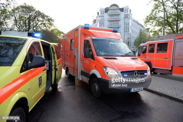 Notarztwagen Rettungswagen und Löschfahrzeug der Berliner Feuerwehr im Einsatz bei einem Verkehrsunfall in Berlin