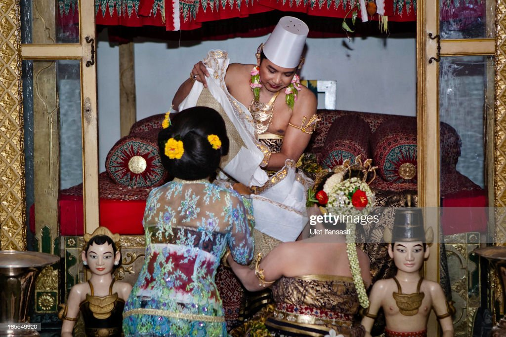 Notonegoro and Gusti Kanjeng Ratu Hayu during 'Tompo Koyo' ceremony in Bangsal Kesatriyan at Kraton Palace as part of the Royal Wedding Held For Sultan Hamengkubuwono X's Daughter Gusti Ratu Kanjeng Hayu And KPH Notonegoro on October 22, 2013 in Yogyakarta, Indonesia. Wedding celebrations will take place October 21-23 October. The wedding parade will include 12 royal horse drawn carriages and will be streamed live on the internet so that it can be watched by people all over the world.