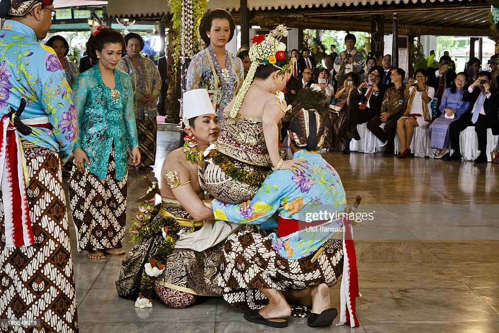 Notonegoro carries Gusti Kanjeng Ratu Hayu during 'Pondhongan' ceremony in Tratag Bangsal Kencana at Kraton Palace as part of the Royal Wedding Held For Sultan Hamengkubuwono X's Daughter Gusti Ratu Kanjeng Hayu And KPH Notonegoro on October 22, 2013 in Yogyakarta, Indonesia. Wedding celebrations will take place October 21-23 October. The wedding parade will include 12 royal horse drawn carriages and will be streamed live on the internet so that it can be watched by people all over the world.