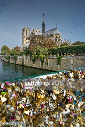 Notre dame de Paris and padlocks bridge : Foto de stock