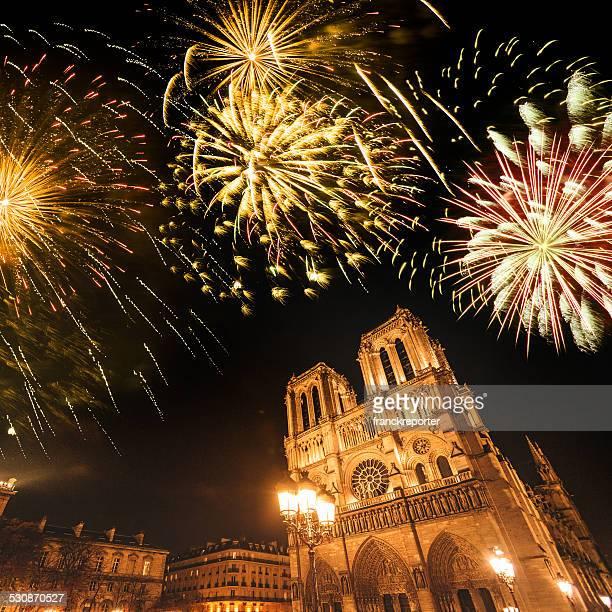 Notre-Dame de paris dans la nuit, avec des feux d'artifice
