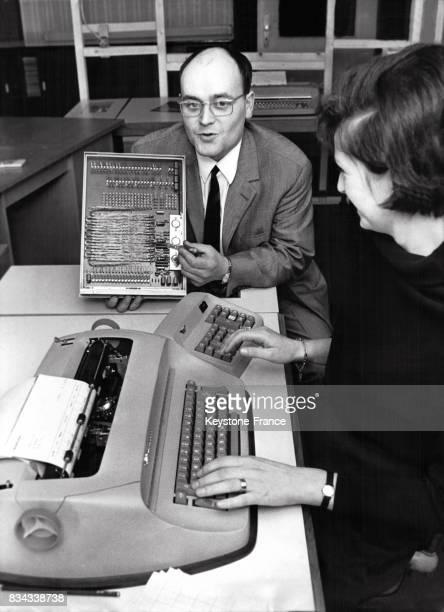 Nouvelle machine de facturation électronique qui a les mêmes qualités qu'un ordinateur en Allemagne en 1966