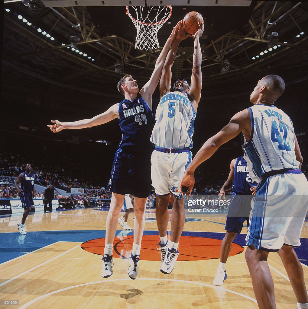 Elden Campbell fights Shawn Bradley for the rebound