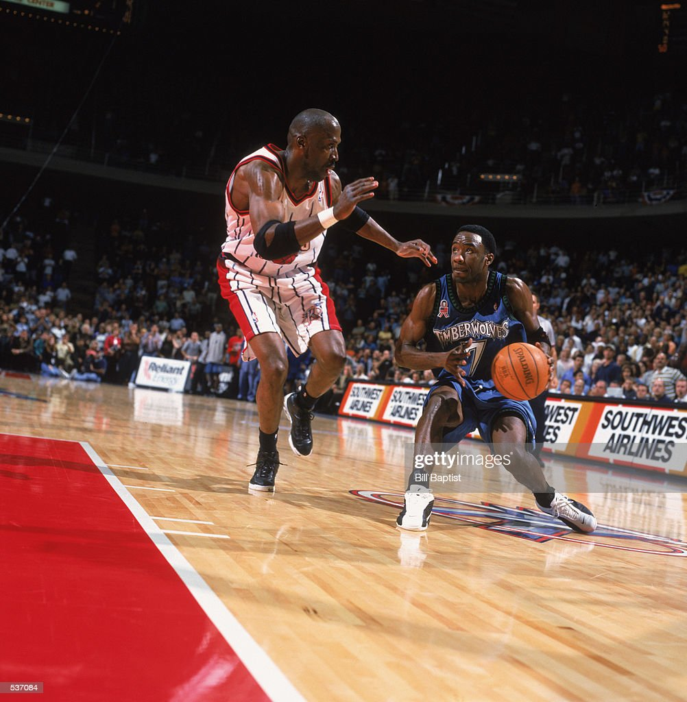Terrell Brandon drives past Kevin Willis