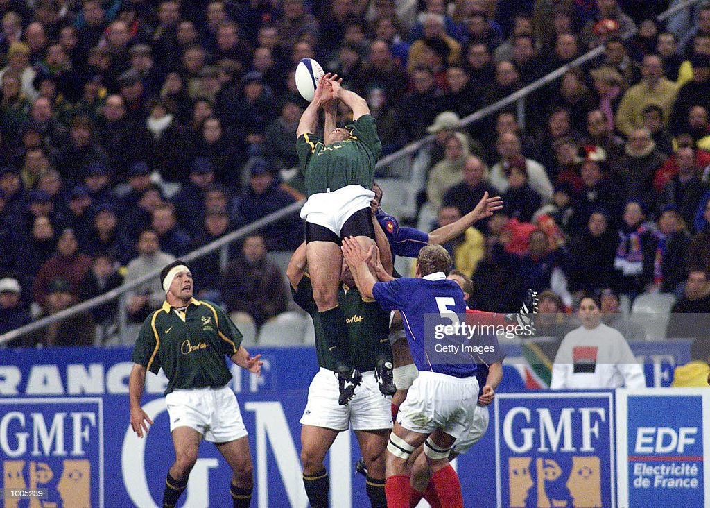 South Africa tries to get ball from kickoff during the Test Match of South Africa v France in the Springboks Tour held at Stade de France, Paris. DIGITAL IMAGE. Mandatory Credit: Touchline Photo/ALLSPORT