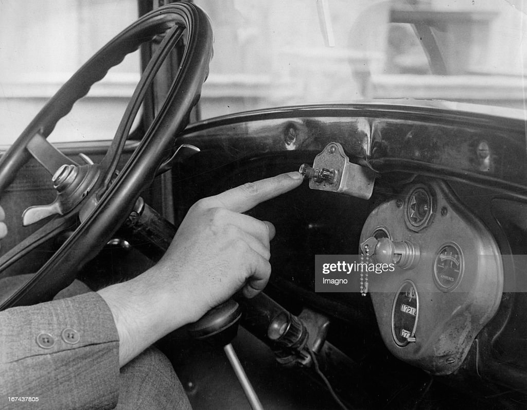 Novelty in the automotive industry. The brake button on the dashboard stop the car faster than is would be possible with the foot brakes. New York. About 1930. Photograph. (Photo by Imagno/Getty Images) Neuheit in der Automobilindustrie. Der Bremsknopf am Armaturenbrett, der den Wagen schneller zum Stillstand bringt als es mit den Fußbremsen möglich wäre. New York. Um 1930. Photographie.