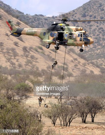 November 20, 2010 - Chilean Special Forces perform an Air Assault demonstration at their training area in Colina, Chile. : Foto de stock