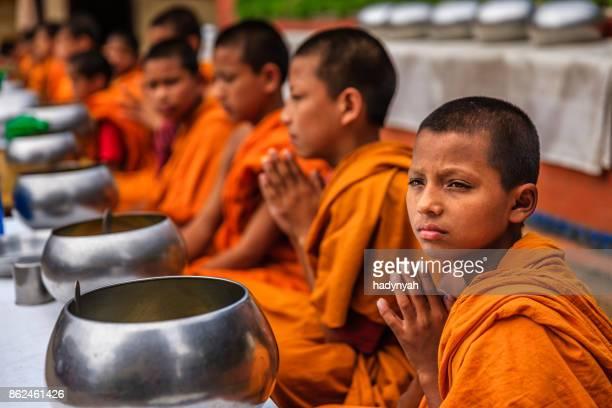 Bonzes novices, manger ensemble dans le monastère, Bhaktapur