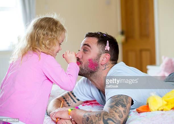 Maintenant le rouge à lèvres papa !