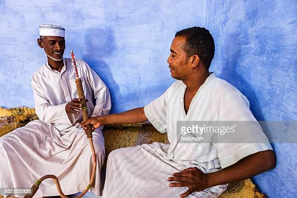 Nubian hommes fumeur waterpipe du sud des États-Unis en Égypte