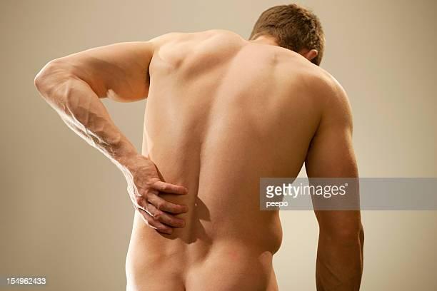 Uomo nudo muscoloso con Mal di schiena