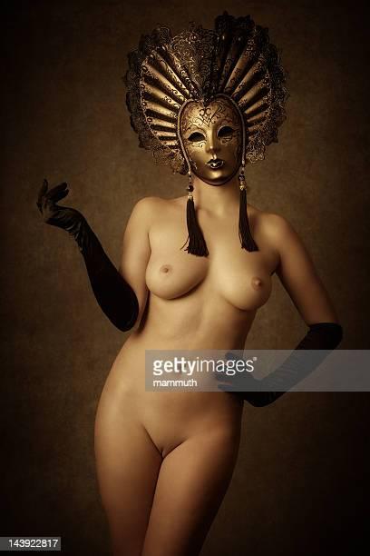 Femme nue avec un masque vénitien or