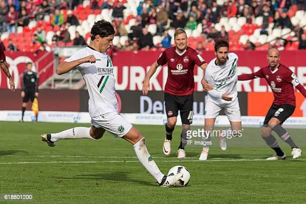 Nuernberg Deutschland 2 Bundesliga 10 Spieltag 1 FC Nuernberg Hannover 96 Miiko Martin Albornoz vergibt einen Elfmeter gegen Torwart Thorsten...