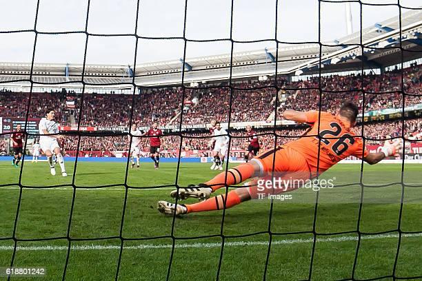 Nuernberg Deutschland 2 Bundesliga 10 Spieltag 1 FC Nuernberg Hannover 96 Miiko Martin Albornoz scheitert an Torwart Thorsten Kirschbaum beim Elfmeter